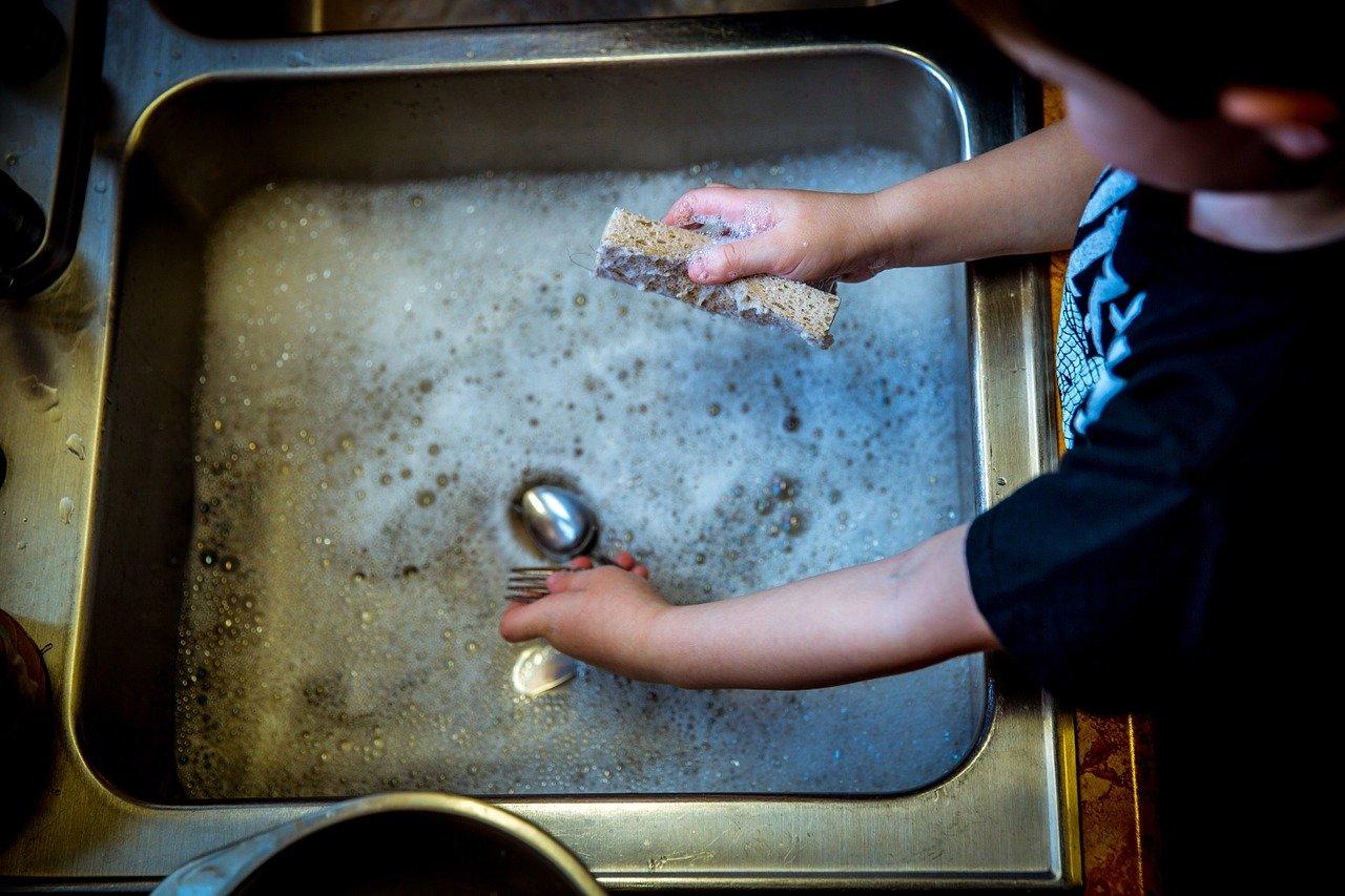 Haushalt, wieso Ihr Kind Ihnen dabei helfen sollte